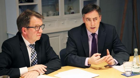 David McAllister und CDU-Mitarbeiter Frank Bergmann beim digitalen Fachgespräch im Deutschlandzimmer des Konrad-Adenauer-Hauses