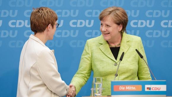 Angela Merkel gratuliert Annegret Kramp-Karrenbauer