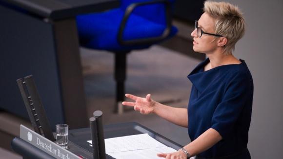 Das Bild zeigt: Nadine Schön MdB bei einer Rede im Deutschen Bundestag.