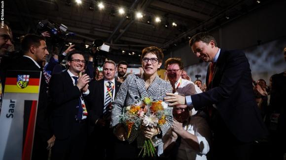 Ein Blumenstrauß für die neue CDU-Vorsitzende Annegret Kramp-Karrenbauer