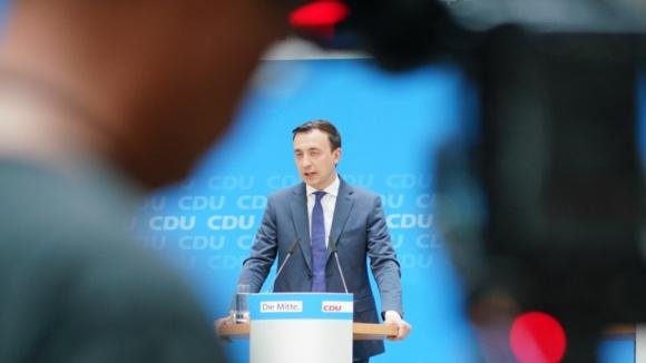 CDU-Generalsekretär Paul Ziemiak steht während seiner Pressekonferenz aus dem Konrad-Adenauer-Haus im Fokus des medialen Interesses