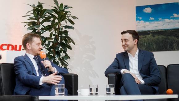 Auf dem Bild sieht man CDU-Generalsekretär Paul Ziemiak und Sachsens Ministerpräsident Michael Kretschmer in einem Facebook-Live