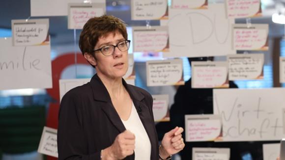 Das Bild zeigt: CDU-Generalsekretärin Annegret Kramp-Karrenbauer beantwortet eingegangene Fragen mit Blick in die TV-Kamera.