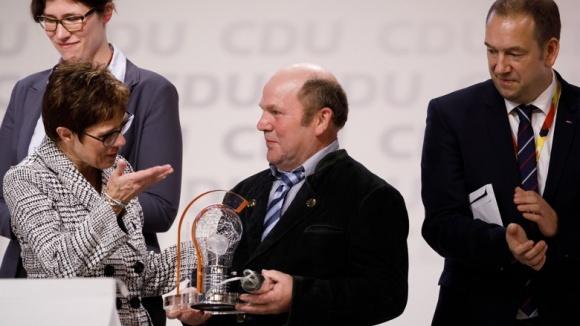 Annegret Kramp-Karrenbauer übergibt den Preis für innovative Parteiarbeit 2018 an den Ortsvorsitzenden Eckhard Harder vom CDU Ortsverband Tangstedt