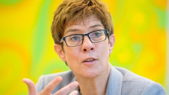 CDU-Generalsekretärin Annegret Kramp-Karrenbauer im Gespräch (Beispielfoto)