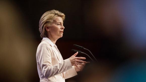 Auf dem Bild sieht man Verteidigungsministerin Ursula von der Leyen