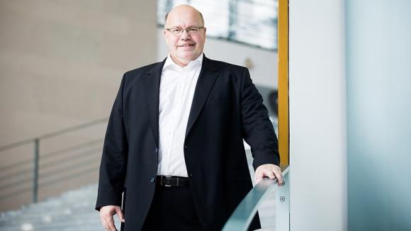 Auf dem Foto sieht man einen gutgelaunten Wirtschaftsminister Peter Altmaier.