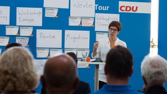 CDU-Generalsekretärin Annegret Kramp-Karrenbauer während der Zuhör-Tour im Alten E-Werk in Cottbus