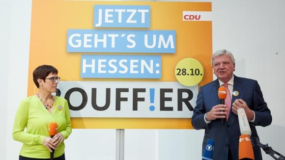 CDU-Generalsekretärin Annegret Kramp-Karrenbauer und Hessens Ministerpräsident Volker Bouffier präsentieren das Plakat zur Schlusskampagne in Hessen.