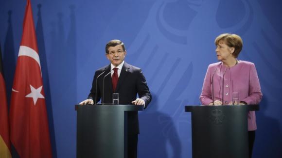 Der türkische Ministerpräsident Ahmet Davutoglu und Bundeskanzlerin Angela Merkel