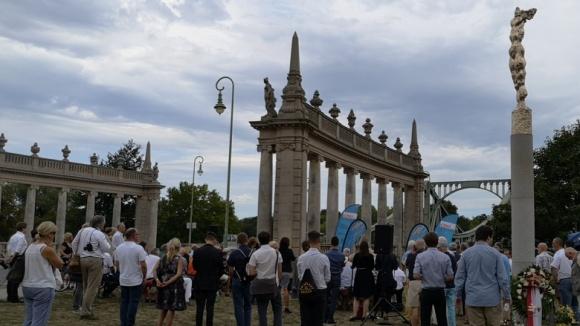 """Totale von der CDU-Veranstaltung an der Glienicker Brücke mit Skulptur """"Nike"""" am rechten Bildrand"""