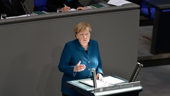 Das Bild zeigt: Bundeskanzlerin Angela Merkel erläutert im Deutschen Bundestag die Ziele der Bundesregierung für die Treffen des EU-Rates und des ASEM-Gipfels in Brüssel.