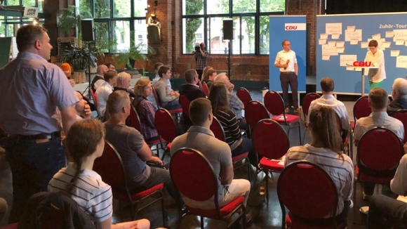 CDU-Generalsekretärin Annegret Kramp-Karrenbauer während der Zuhör-Tour auf dem Podium in Leipzig