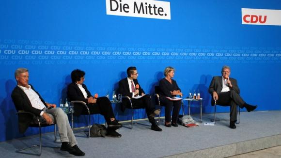 Auf dem Bild sieht man von links nach rechts: Ole von Beust, Mariam Lau, Moderator Kevin Hänel, Monika Grütters und Oskar Niedermeyer.