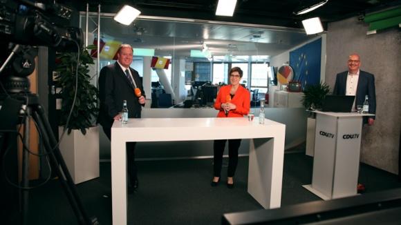 Auf dem Bild sieht man Kanzleramtsminister Helge Braun, CDU-Vorsitzende Annegret Kramp-Karrenbauer und Moderator Frank Niebuhr beim CDU Live im TV-Studio