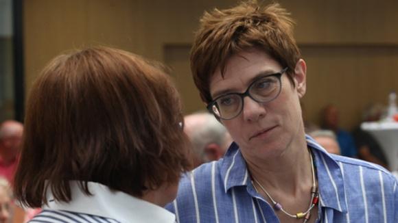 Auf dem Bild sieht man: CDU-Generalsekretärin Annegret Kramp-Karrenbauer im Gespräch mit einer Dame auf der Zuhör-Tour in Braunschweig
