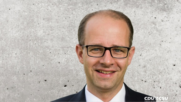 Auf dem Bild sieht man Michael Brand, menschenrechtspolitischer Sprecher der Unionsfraktion