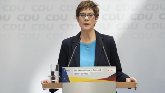 """Annegret Kramp-Karrenbauer stellt den Beschluss """"Kriminalität in Europa vernetzt bekämpfen"""" der Presse vor"""
